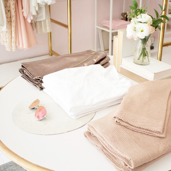 espace féminin aux couleurs pastel, aménagement coin de beauté, garde-robe féminin, bouquet de fleurs blanches