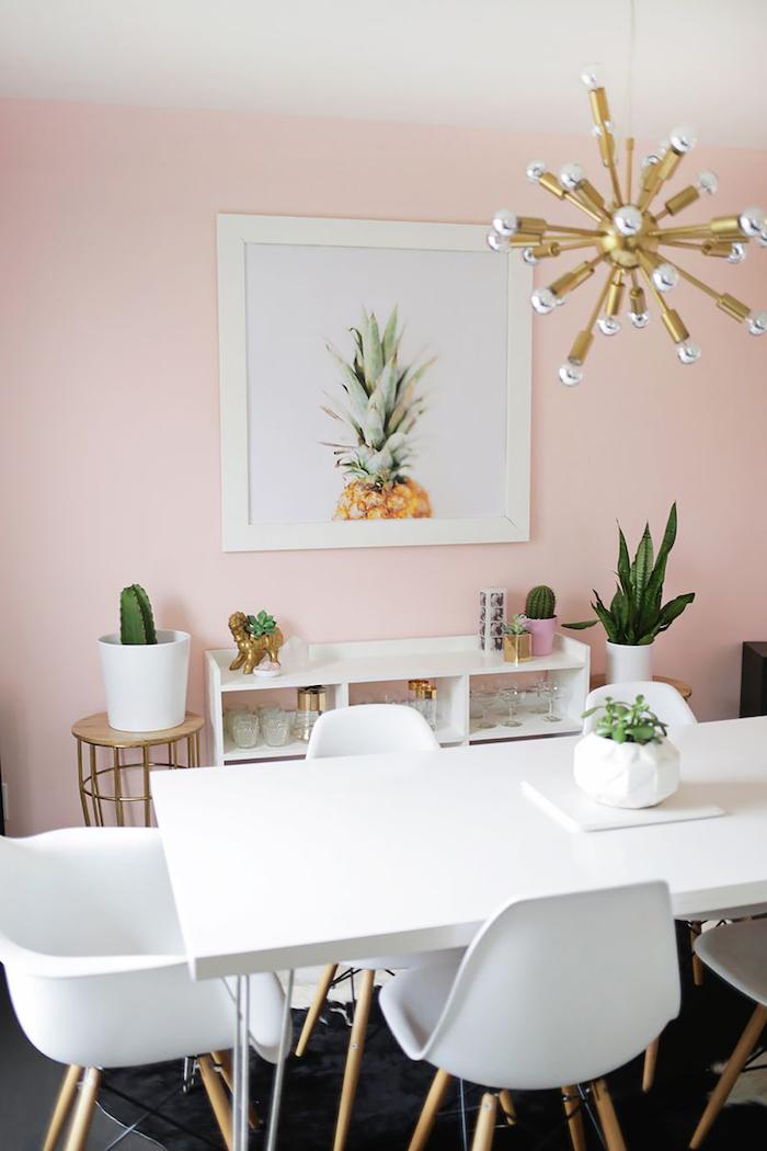 décoration de la salle à manger, peinture murs rose pastel avec image ananas, suspension luminaire en métal et cuivre