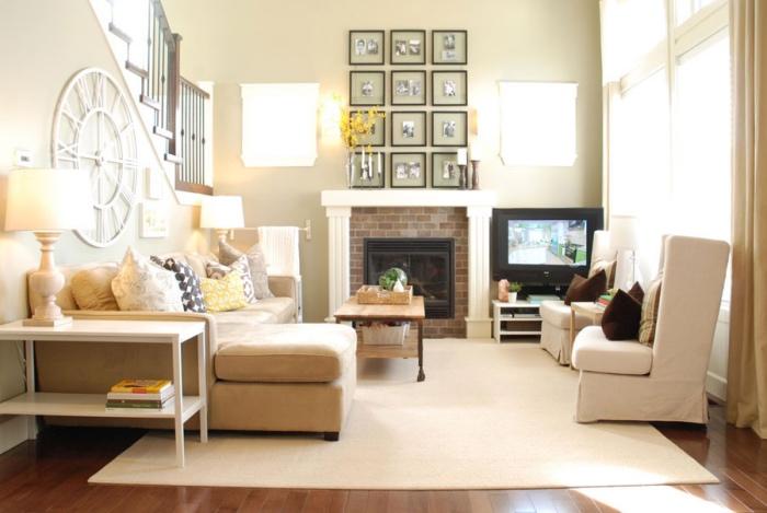 couleur peinture salon beige et tapis ecru, fauteuils blancs, parquet marron, cheminée rustique, horloge originale, decoration mur de photos en noir et blanc