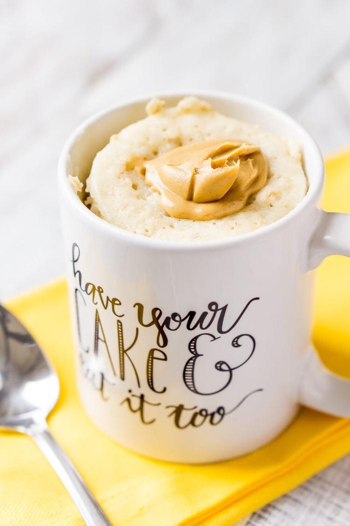 une recette mug cake originale aux flocons d'avoines et au beurre de cacahuètes qu'on consomme comme dessert ou au petit déjeuner