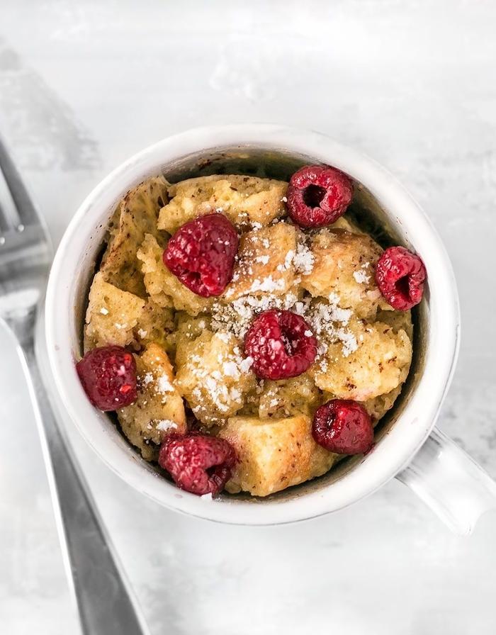 idée pour un petit déjeuner gourmand préparé dans une tasse, gateau mug façon pain perdu