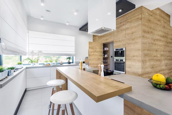 cuisine en bois, tabouret de bar en siège en cuir blanc et pieds en bois, ilot central en bois clair