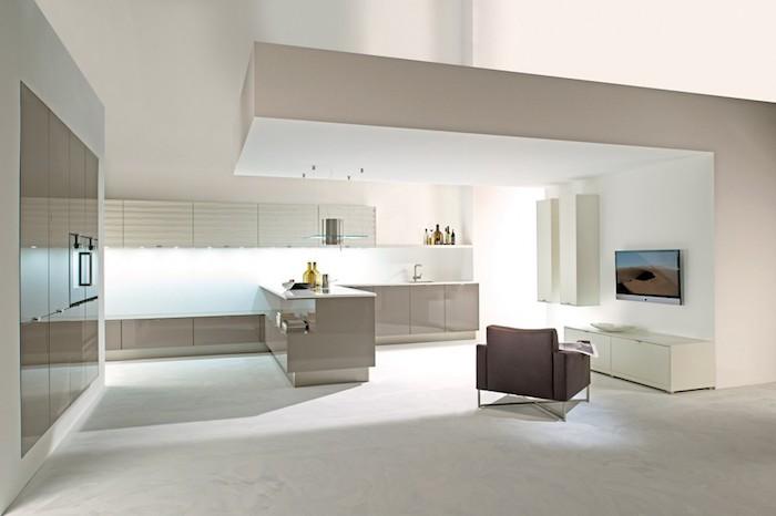 idee deco cuisine, quelle couleur choisir pour une cuisine moderne, pièce en couleurs beige et blanc