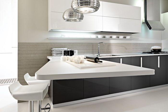 cuisine aménagée, meubles blancs sans poignées, évier en onyx, murs de cuisine nuance ivoire