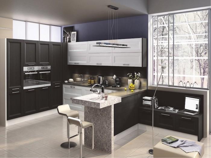 cuisine ouverte sur salon, carrelage de sol beige, tabouret en cuir beige, meubles noirs