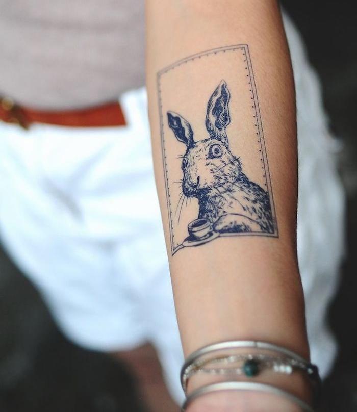 idée tatouage, shorts blancs pour femme avec ceinture en cuir marron, débardeur gris, tattoo à design lapin
