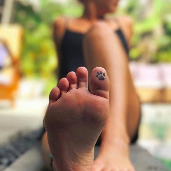 tatouage temporaire, femme au bord de la piscine, bracelet cheville pour femme, petit dessin en encre sur le doigt de pied