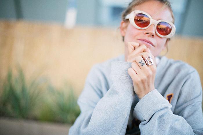 idée tatouage, couleur de cheveux châtain avec mèches blondes, tattoo sur le doigt à design flèches