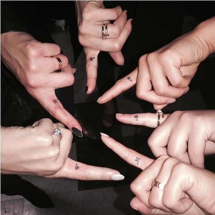 tatouage amitié pour filles, manucure noire et blanche, doigts féminins avec petits tatouage lettres