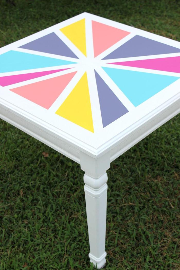 jolie idée pour relooker un meuble en bois, une table basse sublimée par des motifs géométriques colorés