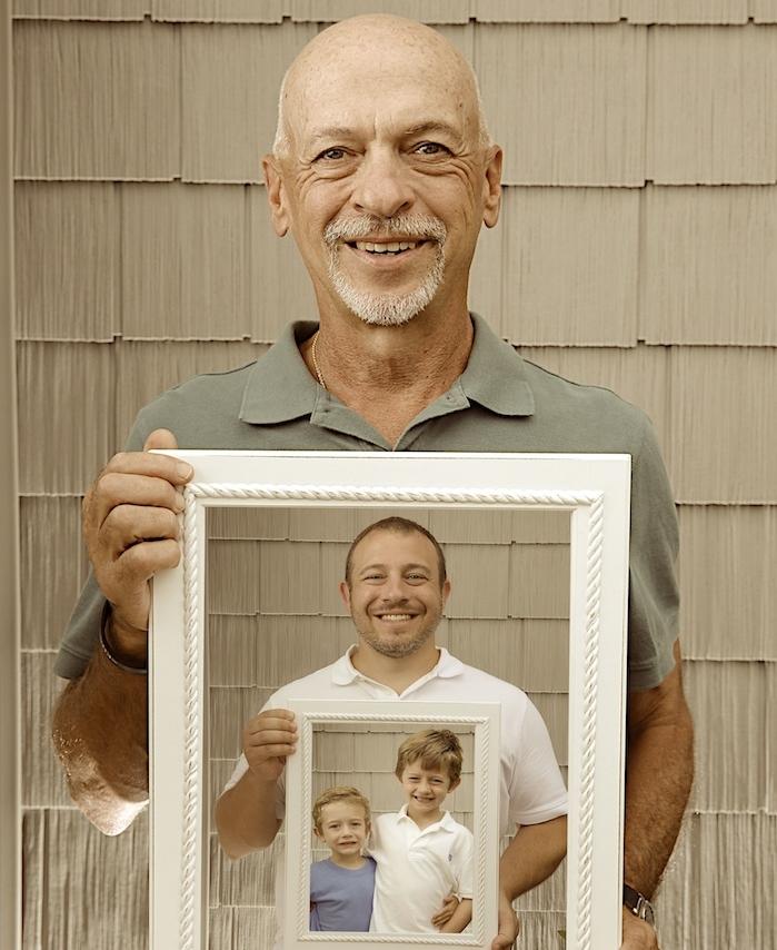 idée de photo trois générations, papy, papa et grands-fils, mise en abyme, idée cadeau grand-père original