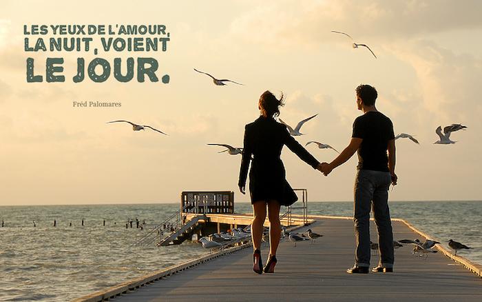 citation sur l amour, se balader au bord de la mer, observer la nature en couple, femme robe et blazer noirs