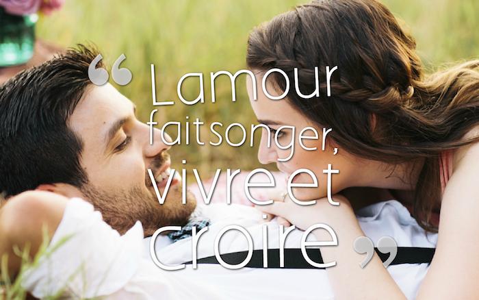 dicton amour, se reposer en plein air, couple amoureux sur l'herbe, jeune fille aux cheveux marron