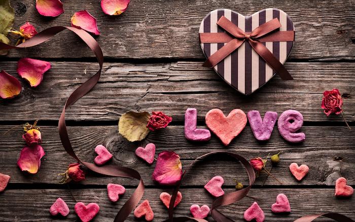 sentiment amoureux, choisir un fond d'écran à design amour, table en bois avec rubans et coeurs sucrés
