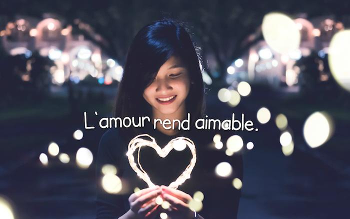 citation sur l amour, blouse noire modèle femme, bracelet métallique fille, éclairage de nuit dans les rues