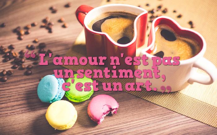 citation sur l amour , table en bois avec graines de café, petit déjeuner pour couple amoureux