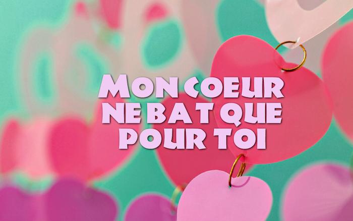 phrase romantique, dessin à fond verts avec coeurs en papiers, mots inspirants sur l'amour