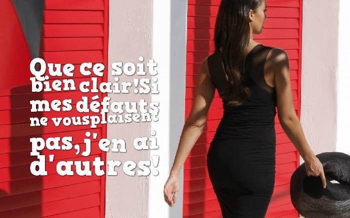 blague du jour, fond d'écran pour femme, promenade en ville en robe noire, citation drôle sur image femme