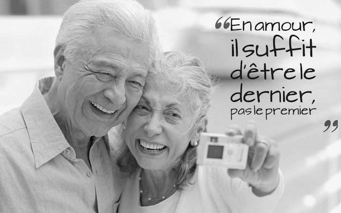 dicton amour, vieux couple qui se prend un selfie, collier en perles blanches, amour éternel