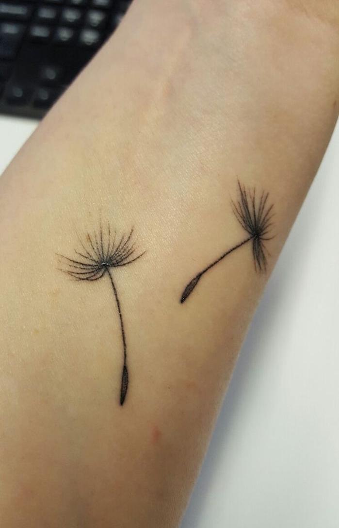 Tatuaje pequeño Flor de diente de león desnuda en la muñeca