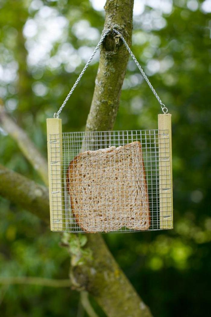 plan mangeoire oiseaux gratuit, grillage et pain mis dedans pour nourrir les oiseaux