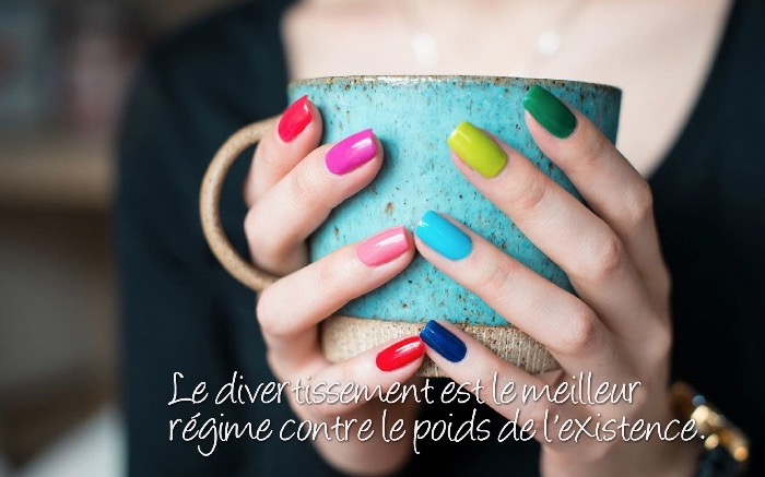 citation humour, image avec mains féminins et tasse de café, lettres sur le rire avec photo multicolore