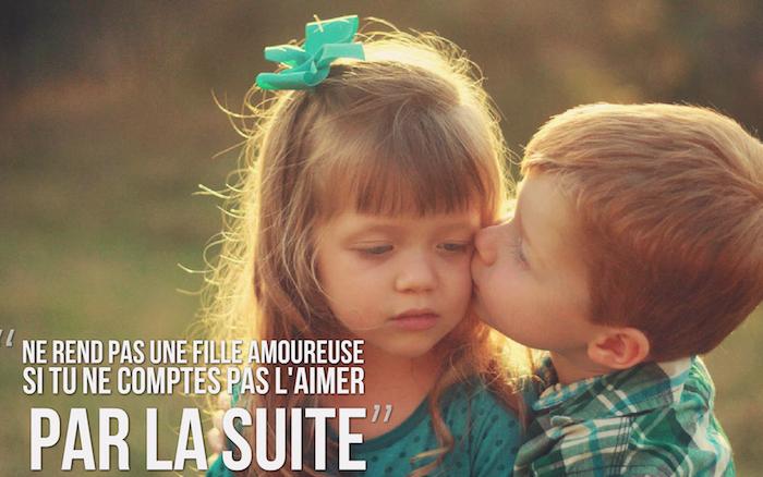 sentiment amoureux, photo adorable des enfants dans la nature, petite fille avec frange et boucles