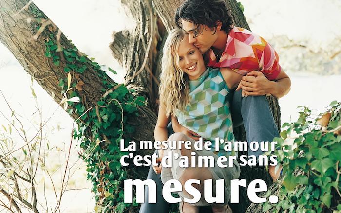 phrase d amour, jeune couple sur l'arbre, photo dans la nature, robe à motifs triangulaires en vert et bleu