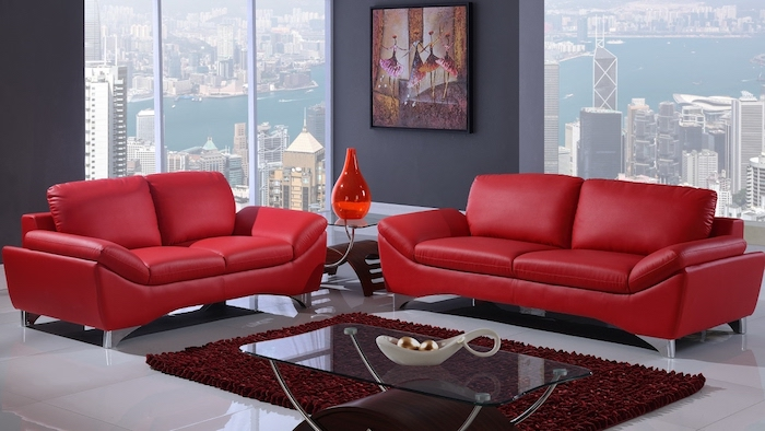 quelle couleur associer au gris, modele de canapé rouge moderne, tapis couleur bordeau, table basse en bois et verre, mur couleur grise, sol blanc laqué