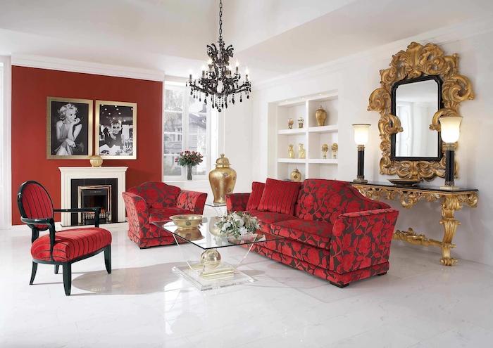 association de couleur mur rouge marron, canapé, fauteuil et chaise rouge, table basse en verre, sol blanc laqué, miroir cadre doré et accent décoratifs en or