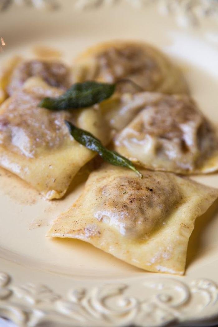 recette avec des chataignes originale, des ravioli aux châtaignes et aux poires garnis de beurre noisette
