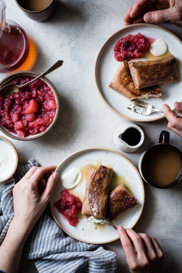 idée pour un petit déjeuner délicieux et sans gluten, des crêpes fourrées à la farine de marrons accompagnées de sauce aux pommes et aux canneberges, recette avec des chataigne pour un petit déjeuner sans gluten