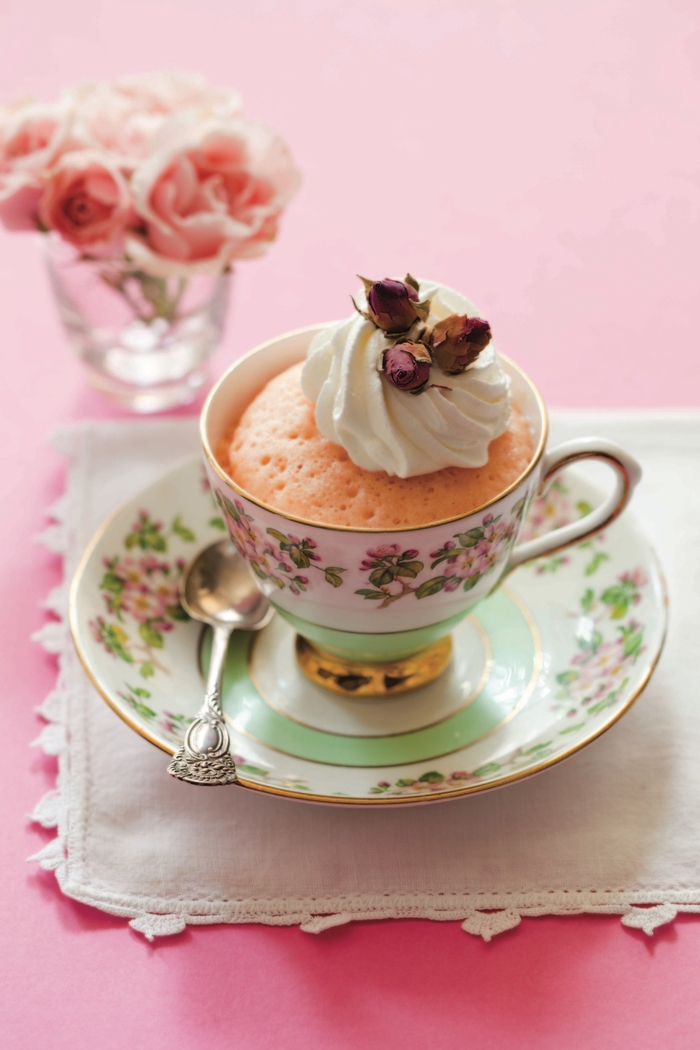 dessert moelleux classique préparé dans une tasse, recette mug cake victoria rose