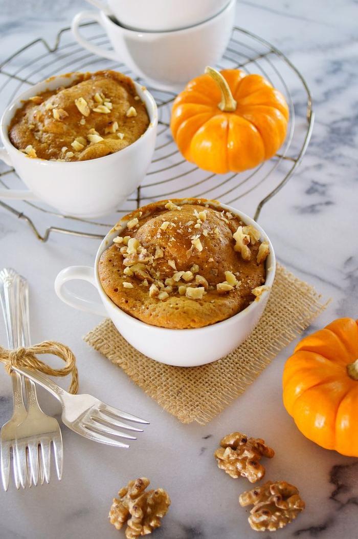 une recette gateau mug aussi bonne à déguster en automne qu'en tout autre saison, un mini-gâteau à la citrouille et aux noix