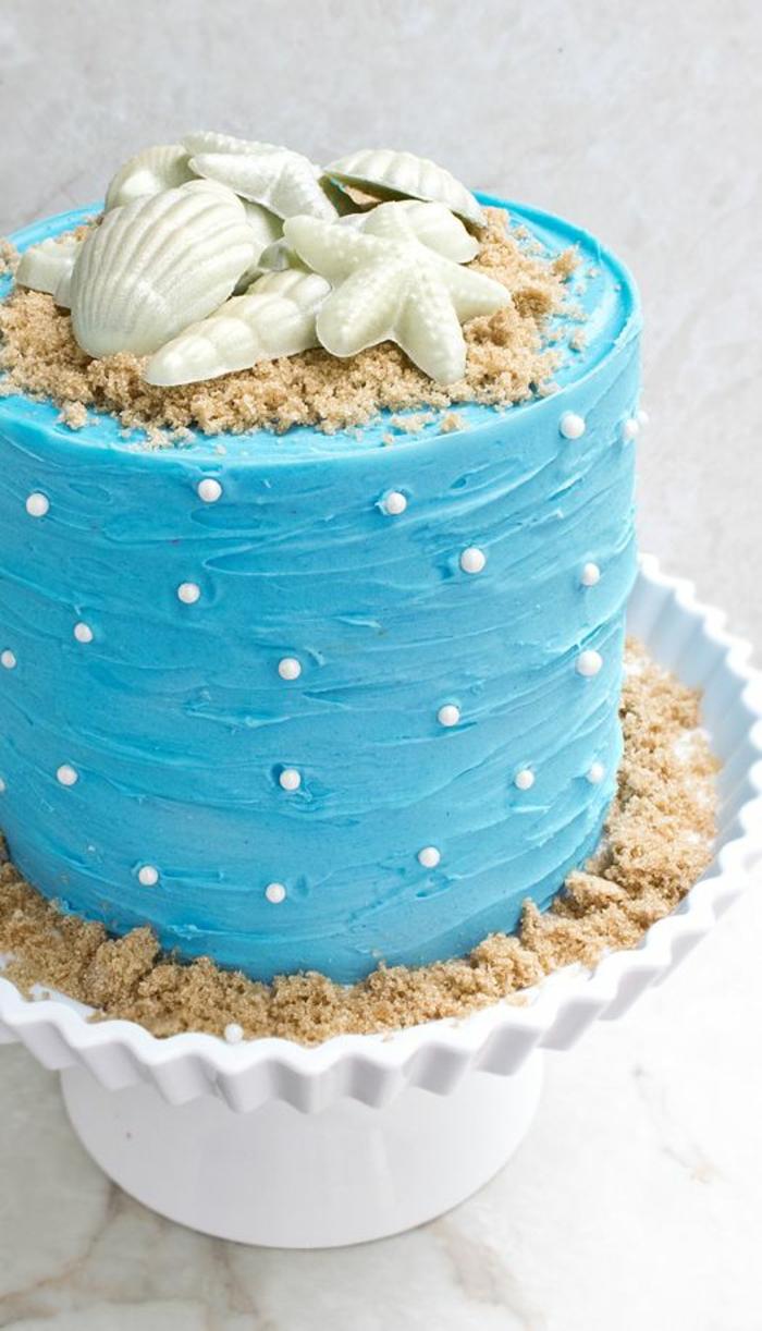 gateau anniversaire fille sur le thème de la plage en bleu avec des coquillages et des perles sucrées