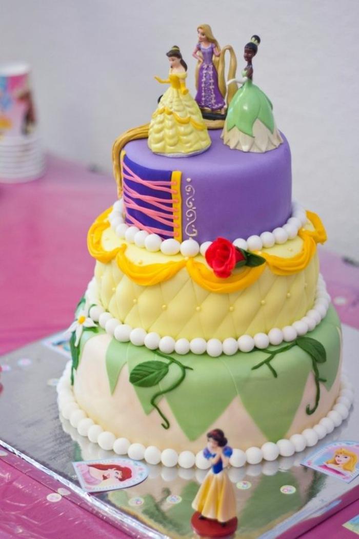 Noblesse gateau en forme de chateau gateau anniversaire fille princesse étages gateau princesses de disney