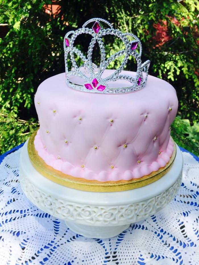 Couronne pate a sucre gateau anniversaire chateau idée gateau fille