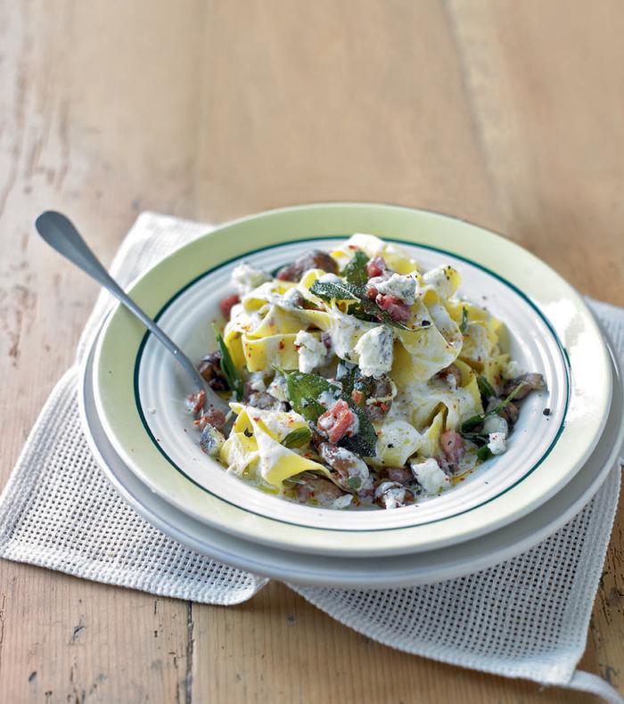 recette de pâtes rubans pappardelle au fromage de chèvre, aux châtaignes et à la pancetta croutsillante, recette marron de la cuisine italienne