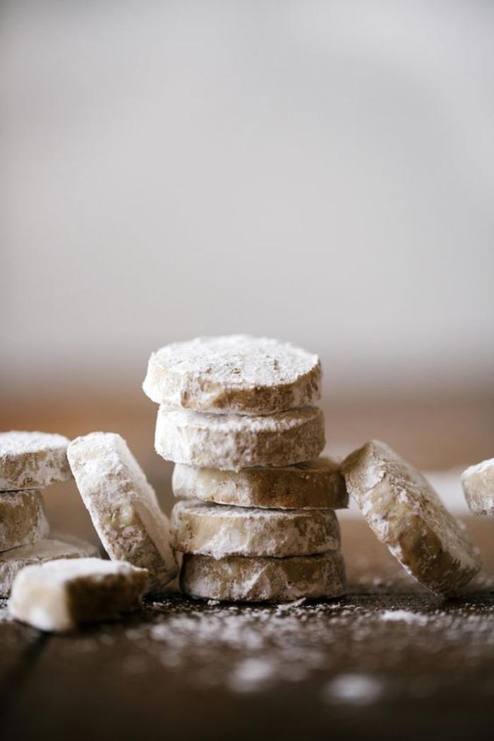 des biscuits sablés de noel saupoudrés de sucre glaceà la purée de marrons, recettes chataignes pour les fêtes de fin d année