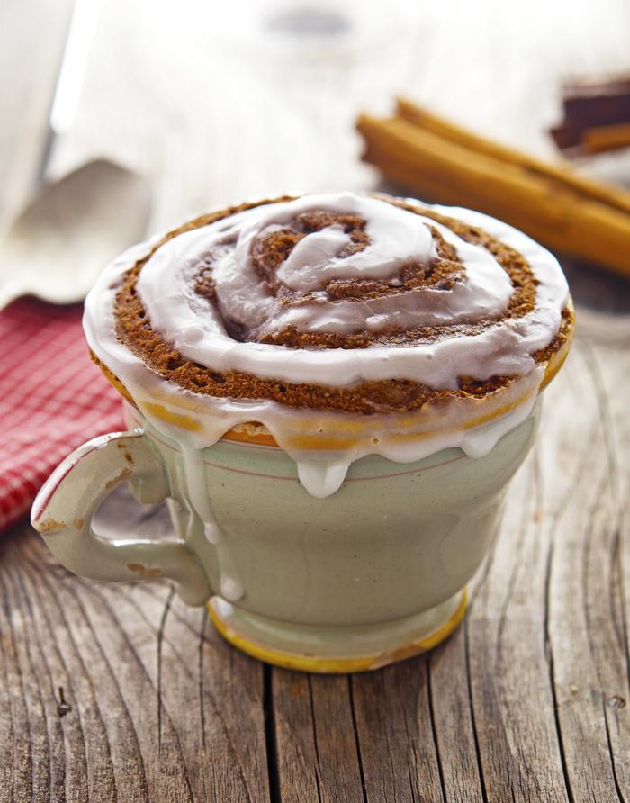 une recette mug cake façon brioche à la cannelle au glaçage de beurre, de lait, de sucre et de jus de citron
