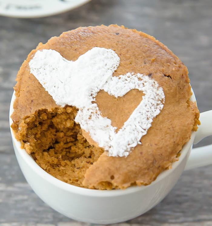 un dessert rapide de mug cake nature au goût de café latte, préparé au micro-ondes