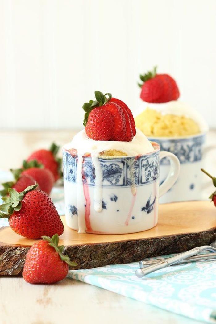 dessert léger au goût vanillé, mug cake vanille moelleux aux fraises et à la crème