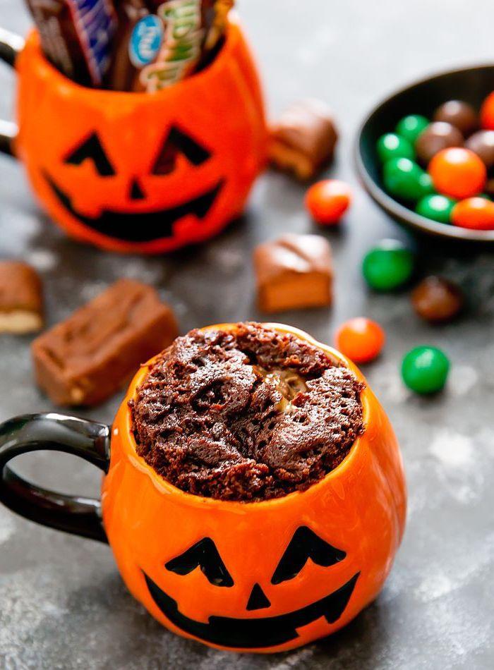 recette de dessert minute au chocolat, fondant au chocolat dans une tasse pour la fête de hawolleen