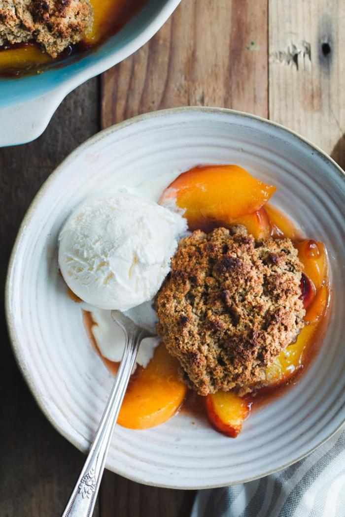 idées pour des recettes chataignes sans gluten, des biscuits au beurre noisette et à la farine de marrons garnis de pêches et de la glace