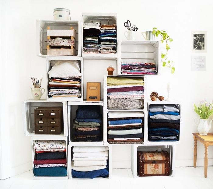 idée étagère avec des caisses bois repeints en blanc, rangement vêtements dans la chambre à coucher, deco recup simple