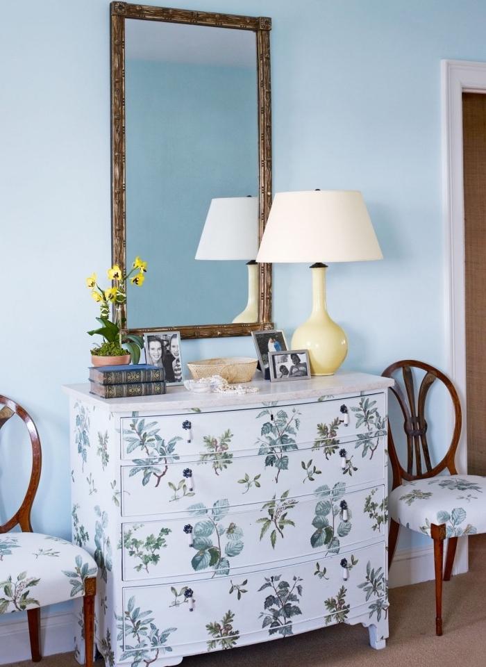 idée de recyclage commode vintage, repeint en blanc et customisé de motifs floraux décopatch, deco fait maison