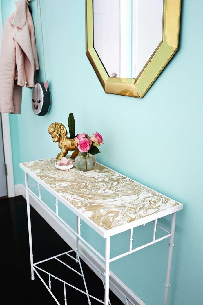 encore une idée originale pour donner un effet de marbre à une table, table relookée en console d'entrée d'aspect moderne et chic