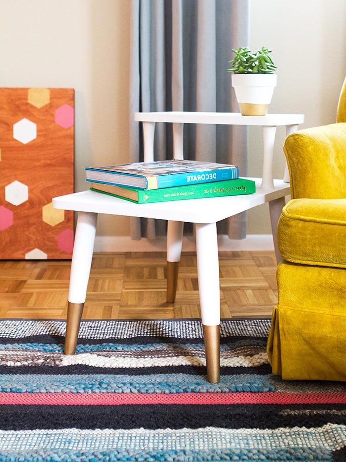 comment repeindre une table de bois pour lui apporter un aspect scandinave moderne, une table d'appoint en blanc et doré