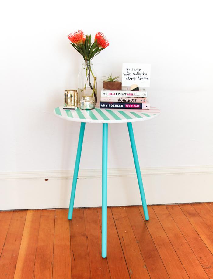 une table d'appoint trépied personnalisée avec de la peinture pastel et des motifs graphiques, comment repeindre une table basse
