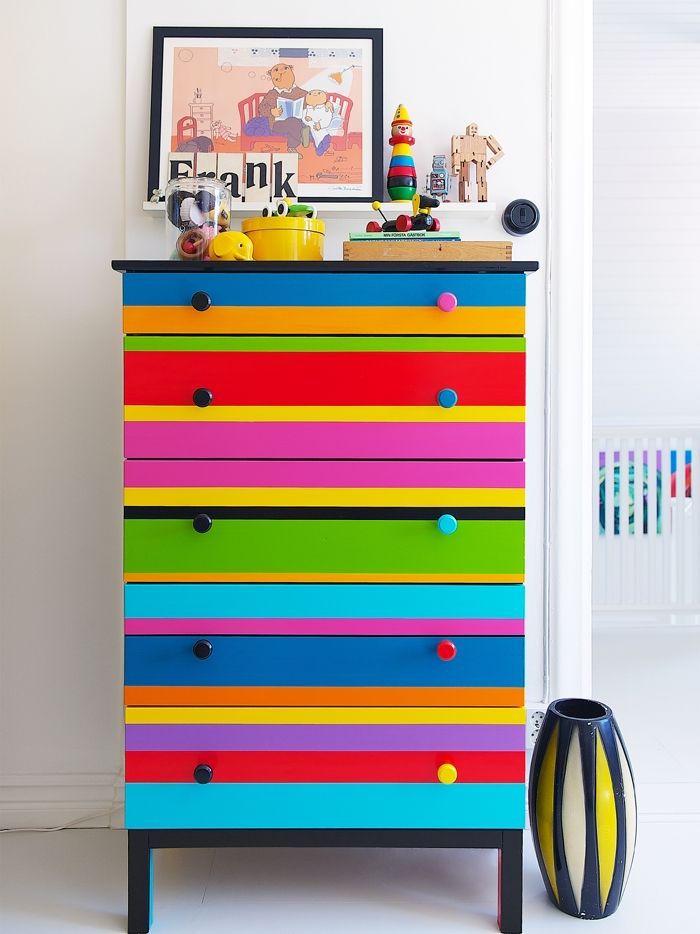 relooker un meuble ancien repeindre des meubles relooker table en bois restaurer peindre couleurs enfants